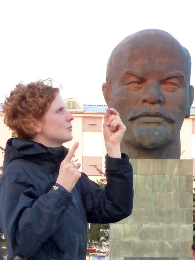 Biene zieht Lenin die Ohren lang