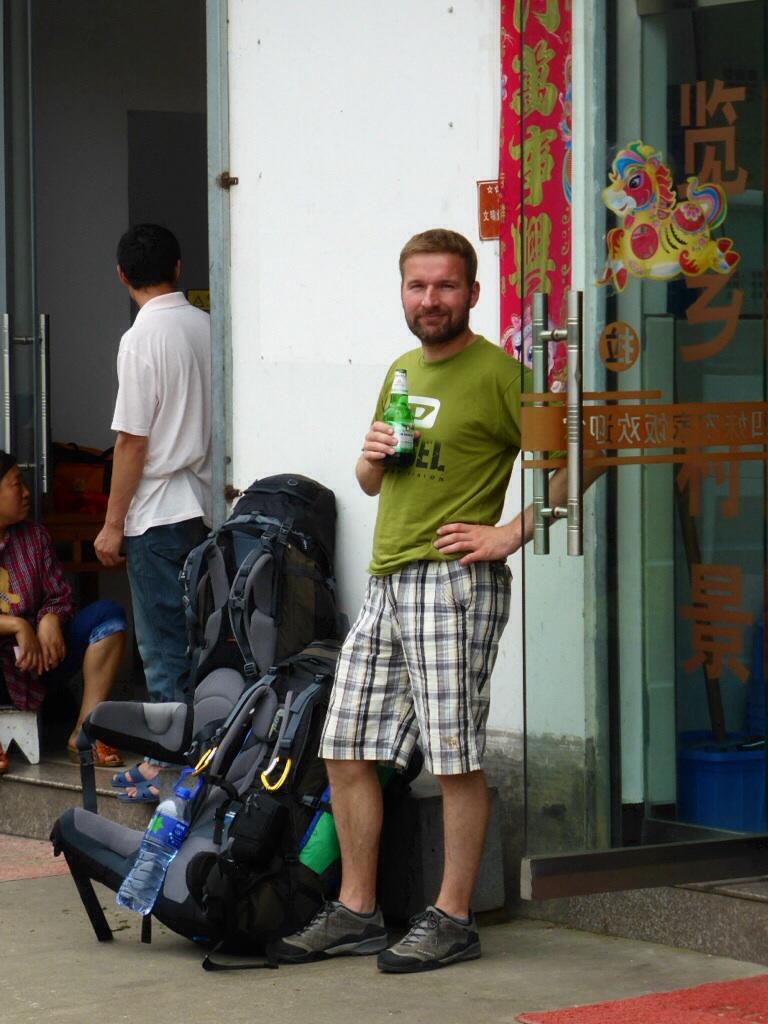 Warten auf den Bus in Wuyuan