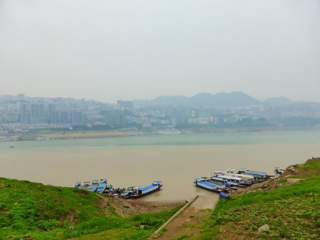 Gut zu sehen: das braune Gewässer ist der Yangtze, das blaue ein Nebenfluss