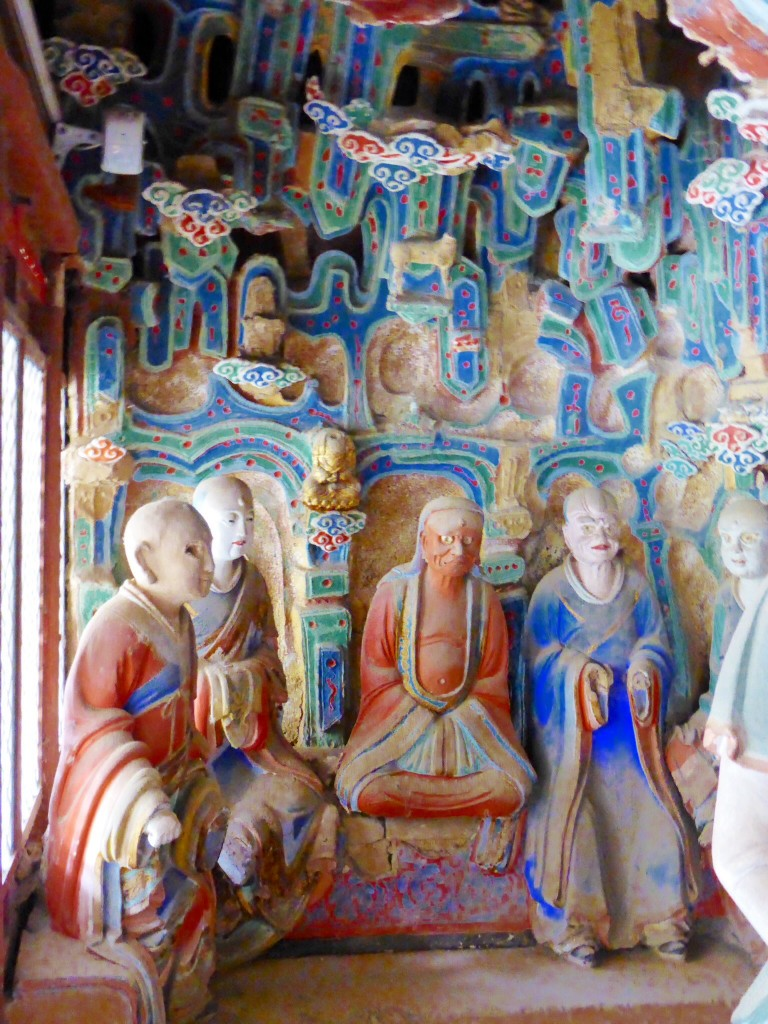 Holzstatuen in den hängenden Klöstern