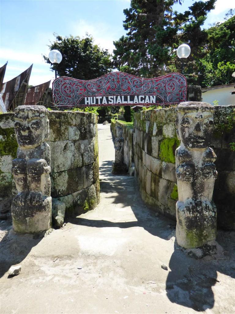 Eingang zu einem traditionellen Dorf der Batak