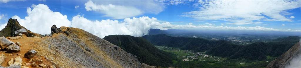 Blick vom Vulkangipfel auf das Karo-Hochland