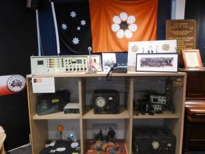 Alte Radios, mit denen die Lehrer zu den Schülern kamen