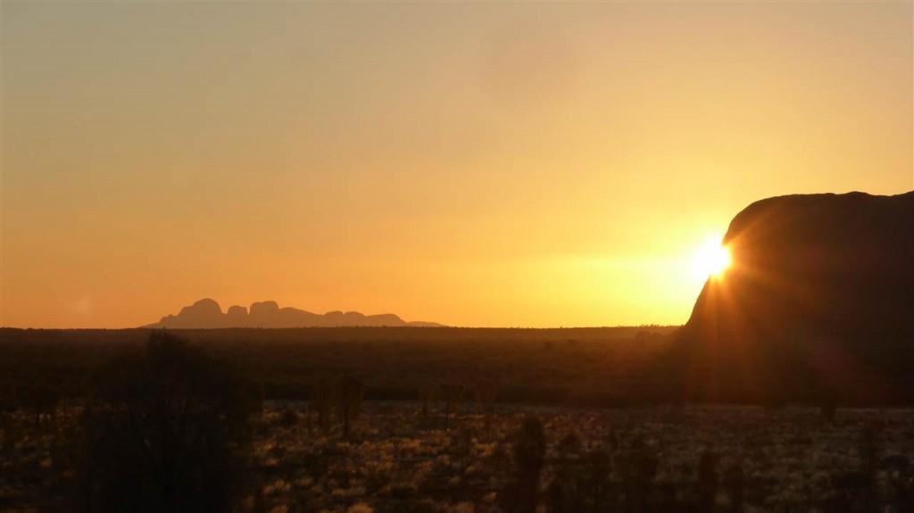 Sonnenuntergang am Ayer´s Rock mit Blic auf die Kata Tjutas