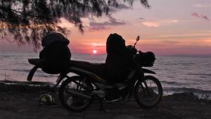Sonnenuntergang - nur wir und die Katze in THailand