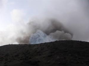 Dicke Aschewolke beim Ausbruch des Mt. Yasurs