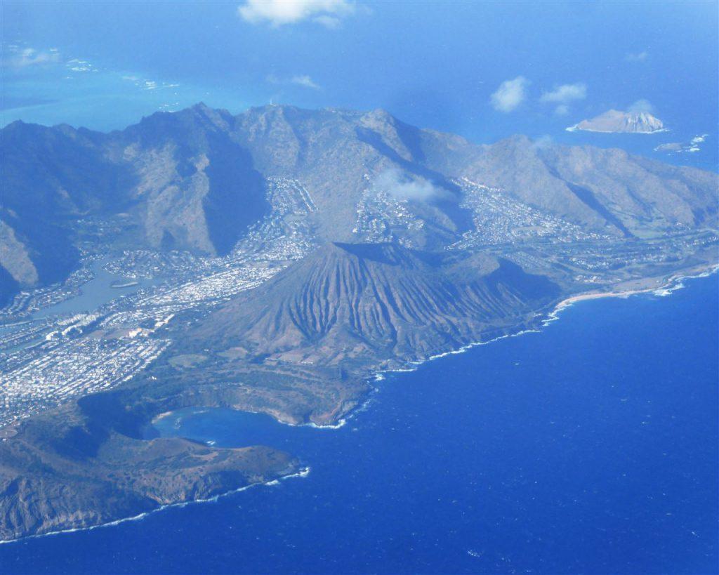 Oahu von oben - links der Diamond Head und rechts davon der Koko Krater