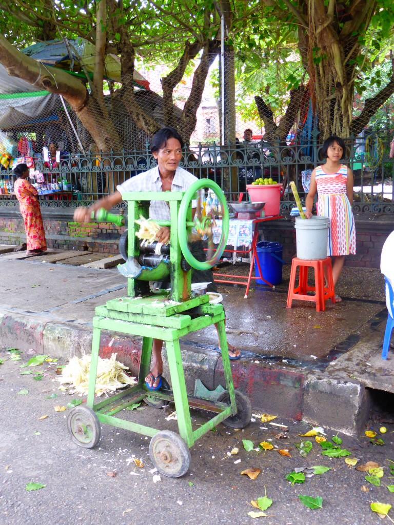 Die Herstellung von Zuckerrohrsaft ist Handarbeit