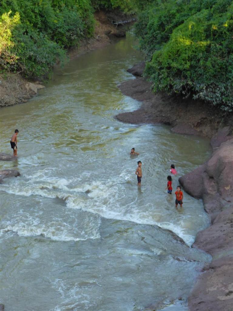 Badende Kinder im Fluss