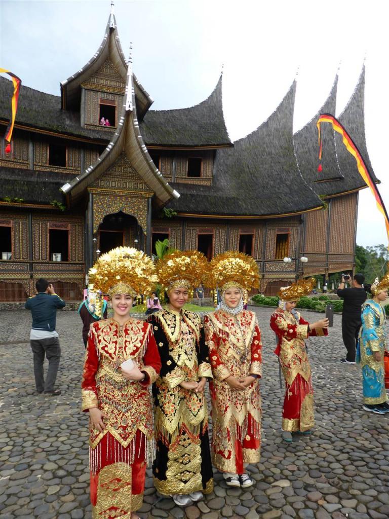 Besucher in traditionellen Gewändern der Minangkabau