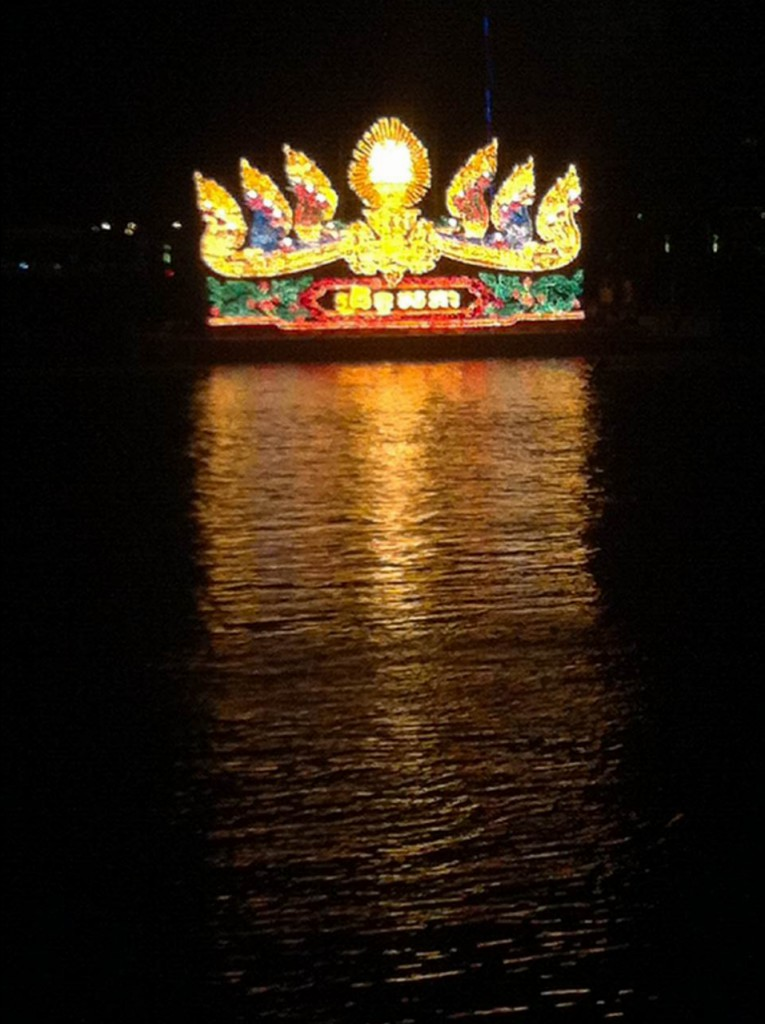 Beleuchtetes Boot zum Wasserfest