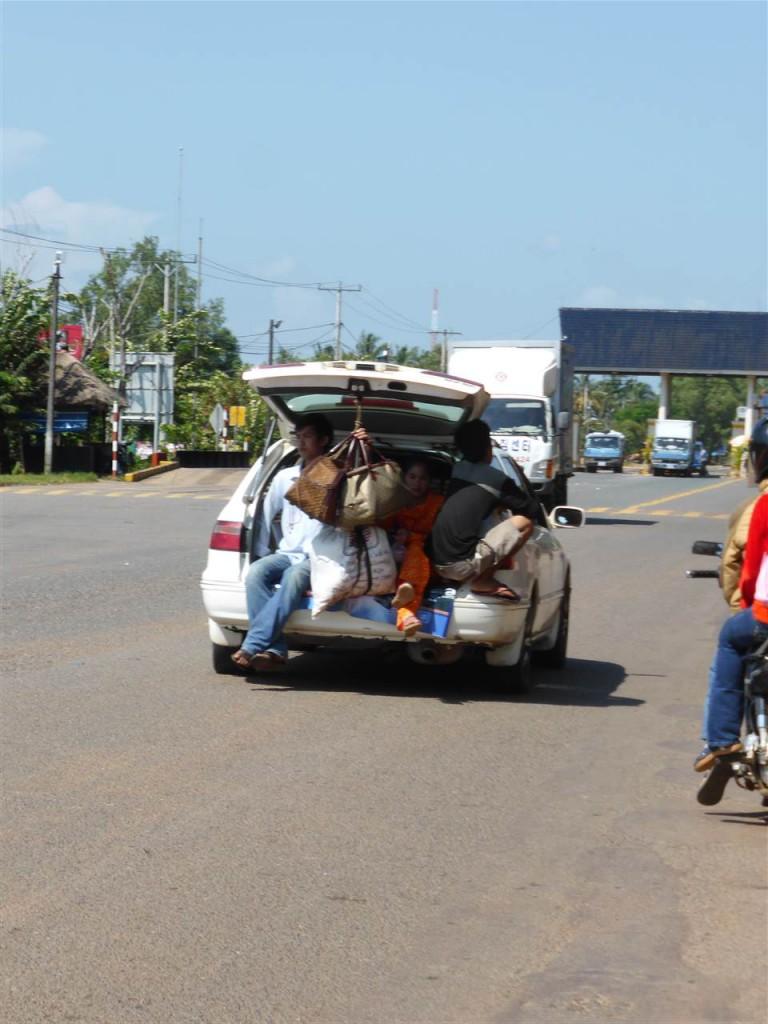Kambodschanisches Taxi  - mit Gepaeckstange im Kofferraum