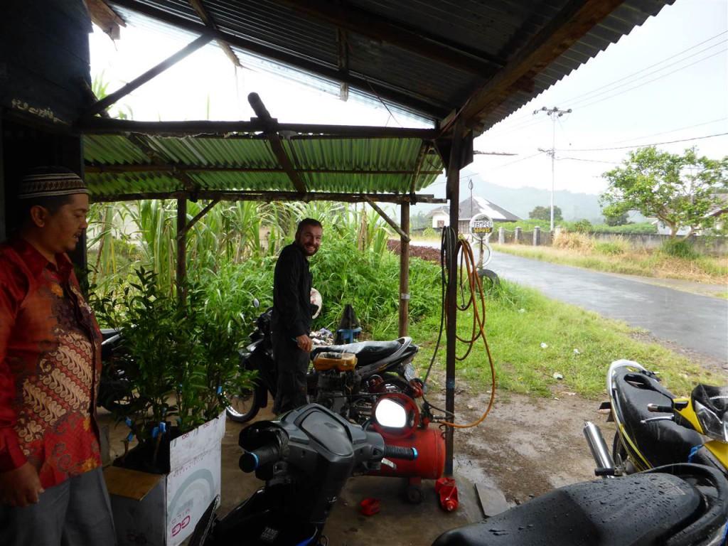 Regenpause unter dem Dach der nächstbesten Garage
