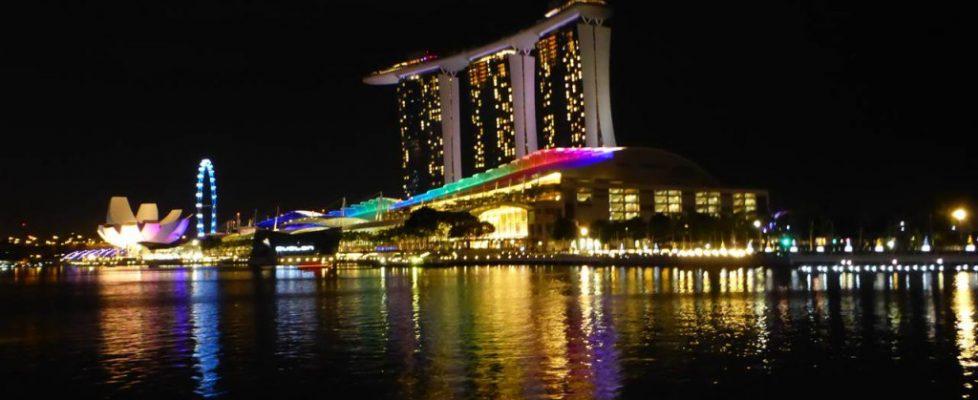 Abendlicher Blick auf die Marina Bay Sands und das höchste Riesenrad der Welt